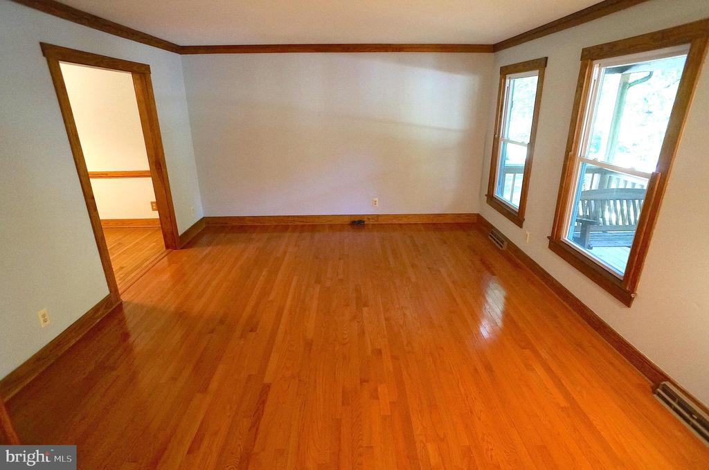 Living Room with 2-Piece Crown Molding - 3029 MEDITERRANEAN DR, STAFFORD
