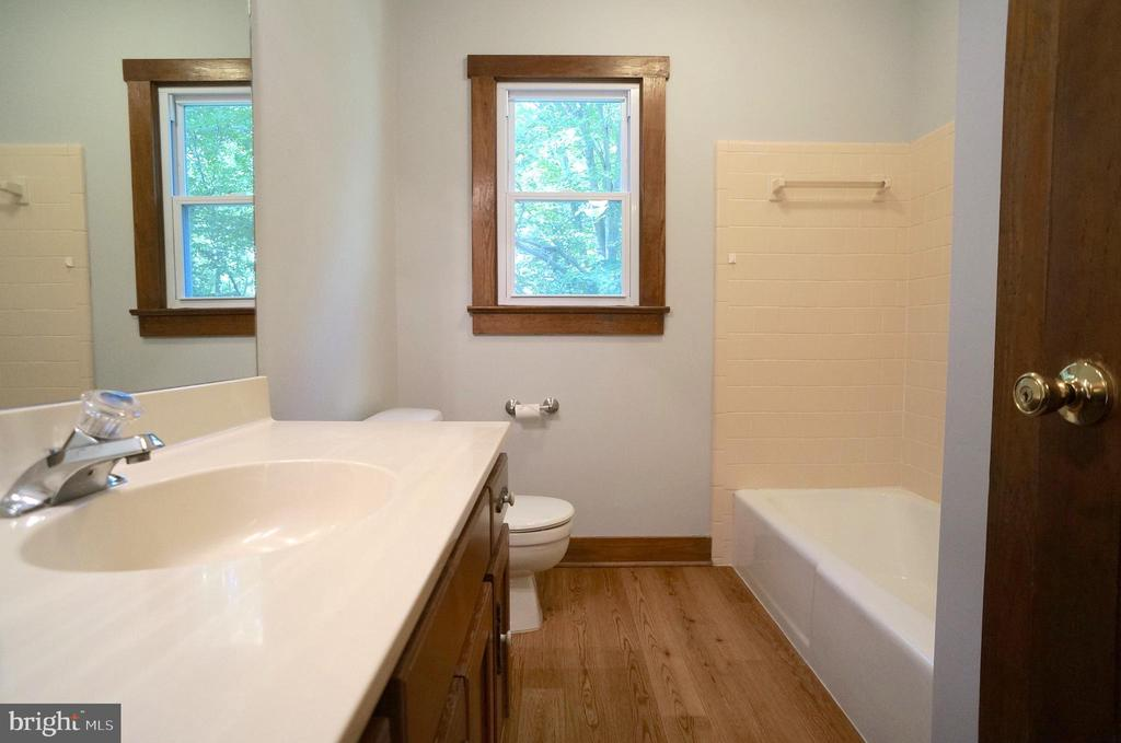 Bathroom 2 with Tub/Shower & Linen Closet - 3029 MEDITERRANEAN DR, STAFFORD