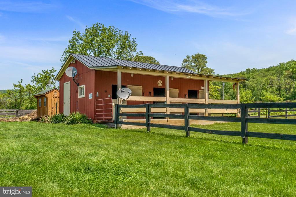 4 Stall Barn - 13452 HARPERS FERRY RD, HILLSBORO