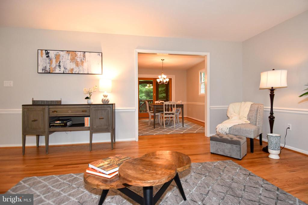 Great flow to dining, perfect for entertaining - 5024 PORTSMOUTH RD, FAIRFAX