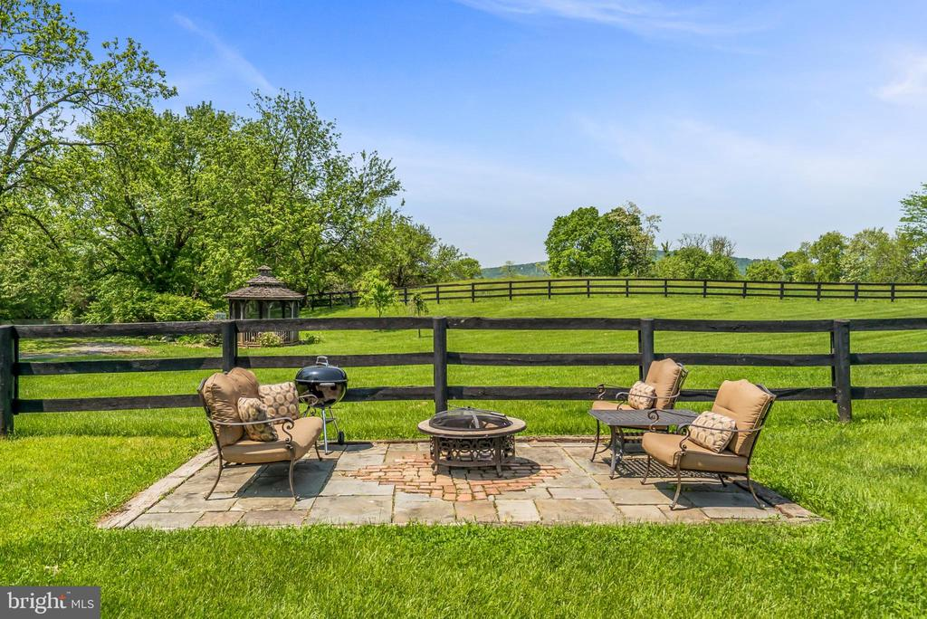 Outdoor Patio & Firepit - 13452 HARPERS FERRY RD, HILLSBORO