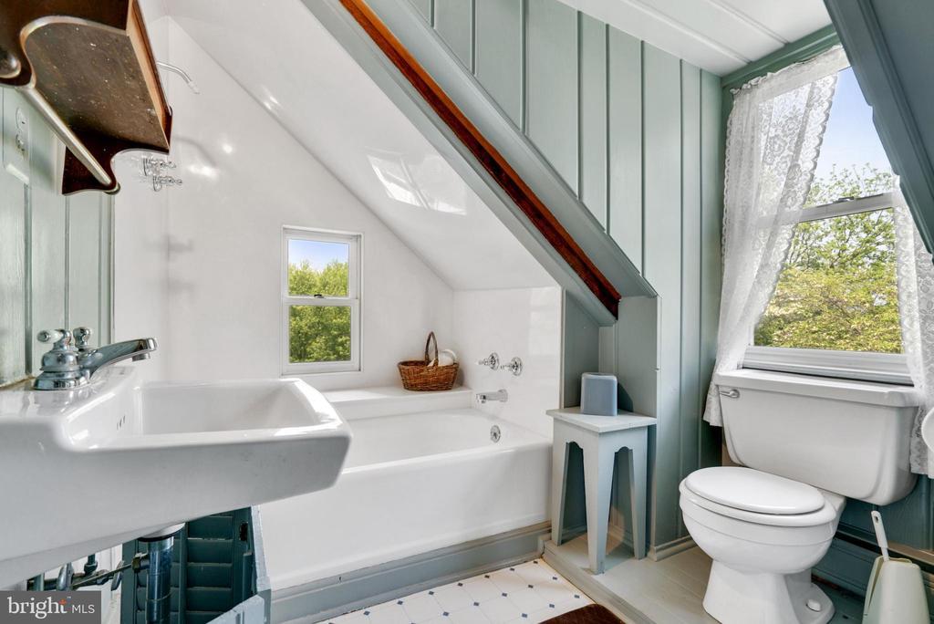 Upper Level 2 - Full Bathroom - 13452 HARPERS FERRY RD, HILLSBORO