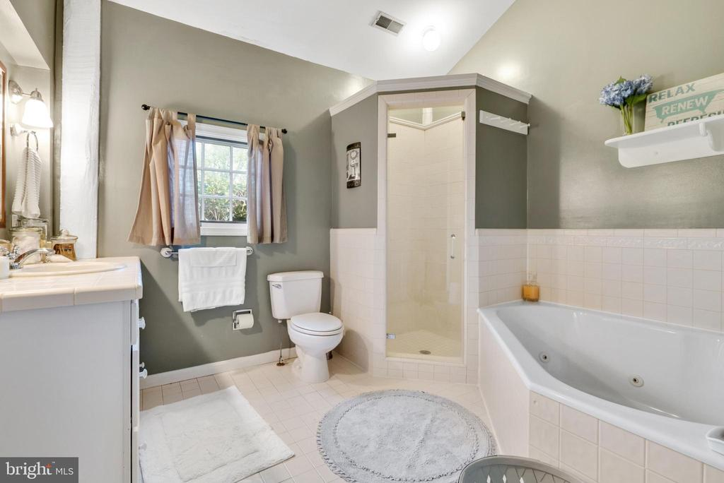 Cottage - Full Bathroom with Jetted Tub / Shower - 13452 HARPERS FERRY RD, HILLSBORO