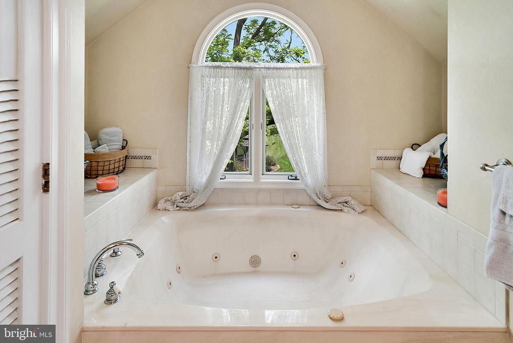 Upper Level Master Bathroom Soaking Tub - 13452 HARPERS FERRY RD, HILLSBORO
