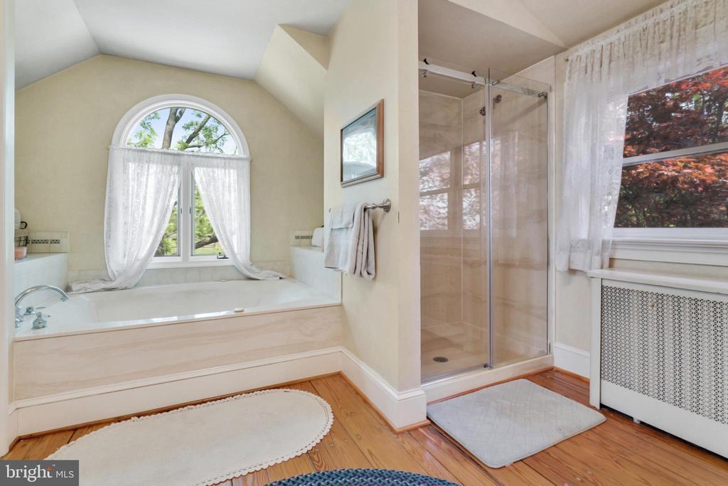 Upper Level Master Bathroom Soaking Tub & Shower - 13452 HARPERS FERRY RD, HILLSBORO