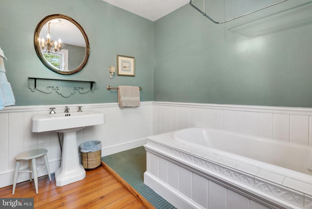 Upper Level Full Bathroom - 13452 HARPERS FERRY RD, HILLSBORO