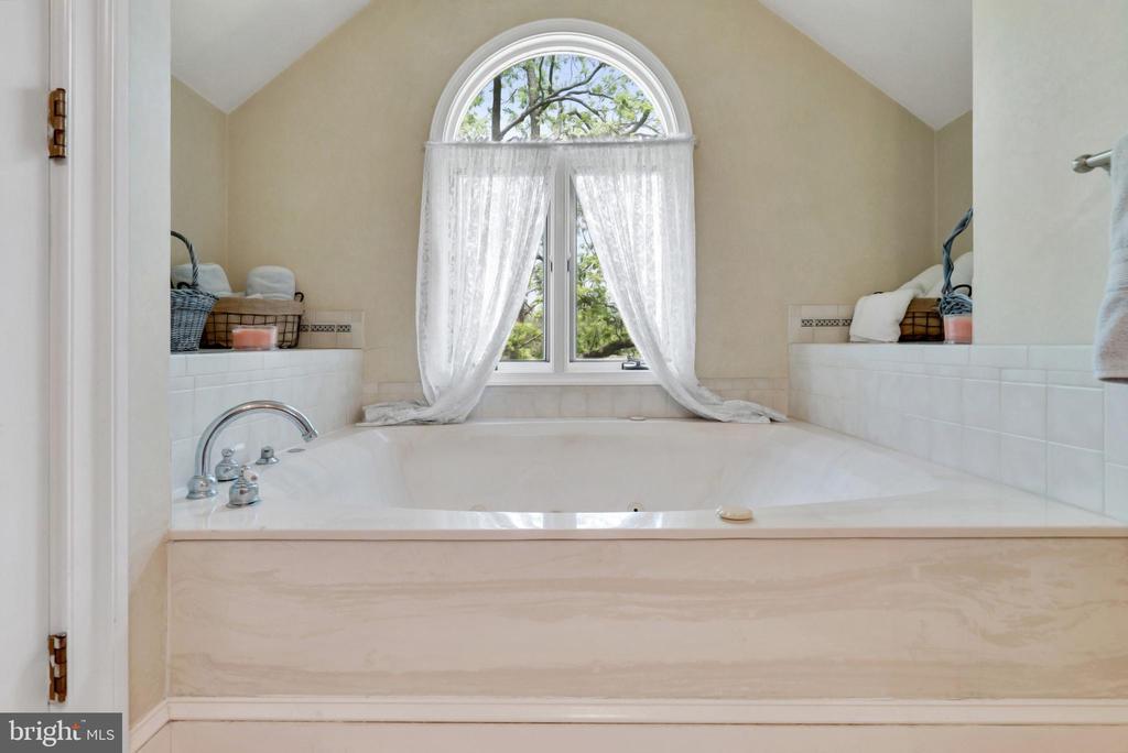 Upper Level Master Bathroom  - Soaking Tub - 13452 HARPERS FERRY RD, HILLSBORO