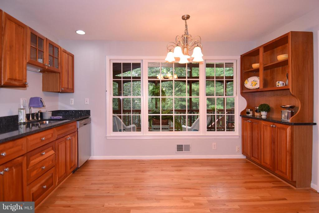 Custom cherry cabinets, stainless appliances - 5024 PORTSMOUTH RD, FAIRFAX