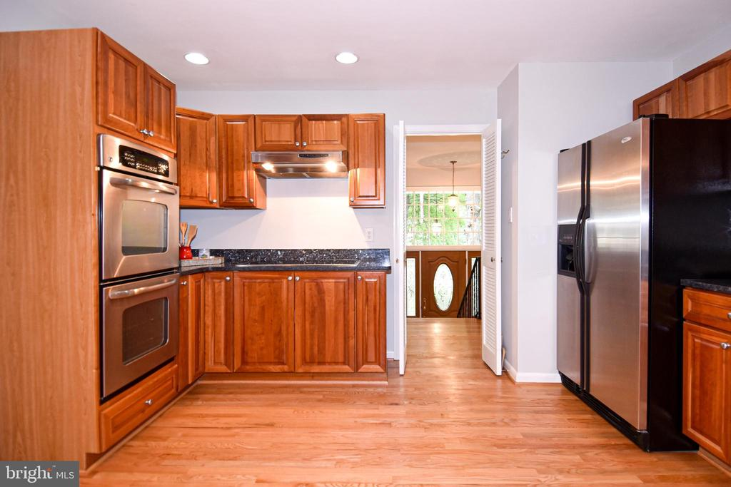 Spacious renovated kitchen with granite counters - 5024 PORTSMOUTH RD, FAIRFAX