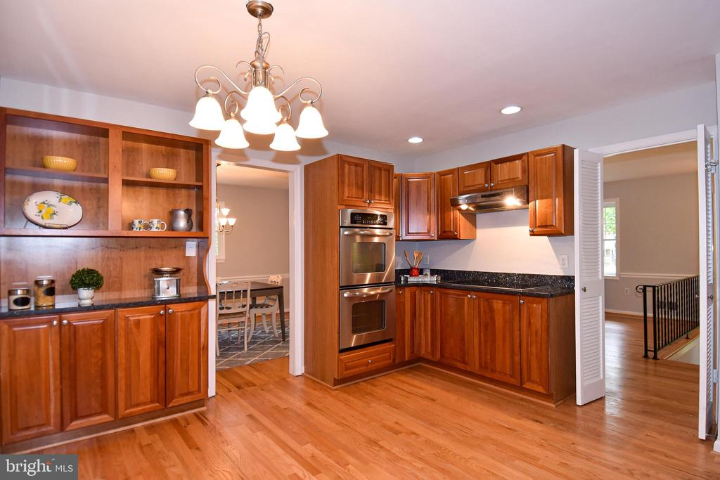 Built-in display & storage, double wall oven - 5024 PORTSMOUTH RD, FAIRFAX