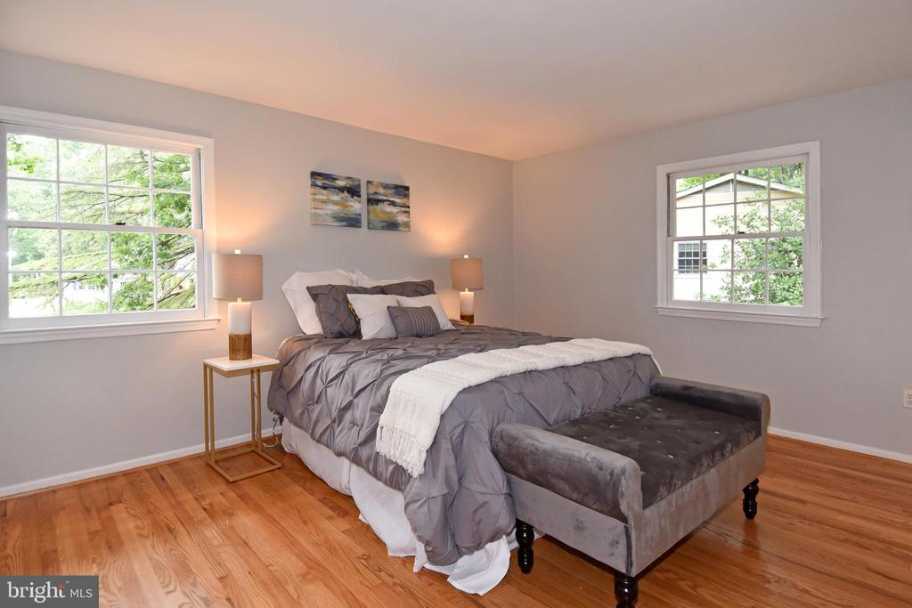 Master bedroom retreat with hardwoods - 5024 PORTSMOUTH RD, FAIRFAX
