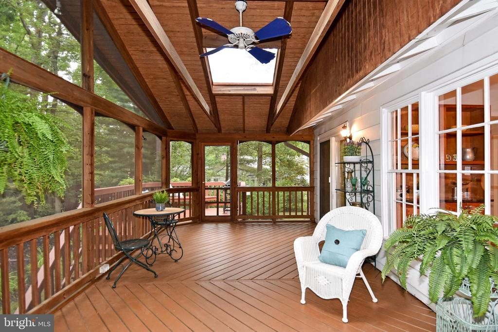 Gracious screen porch, perfect for relaxing - 5024 PORTSMOUTH RD, FAIRFAX
