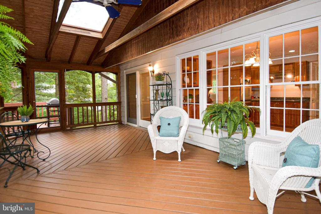 View to kitchen and access to deck, rear yard - 5024 PORTSMOUTH RD, FAIRFAX
