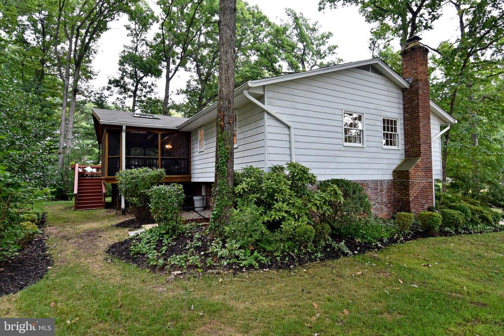 Sited majestically on 1/3 acre, mature landscaping - 5024 PORTSMOUTH RD, FAIRFAX
