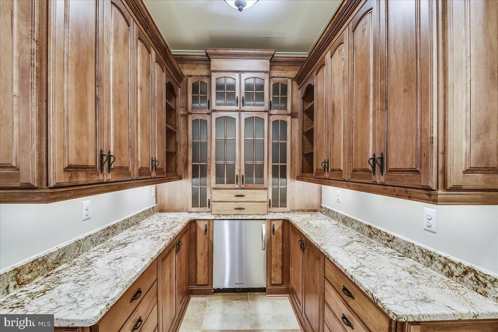 Well appointed Butlers Pantry - 12056 OPEN RUN RD, ELLICOTT CITY