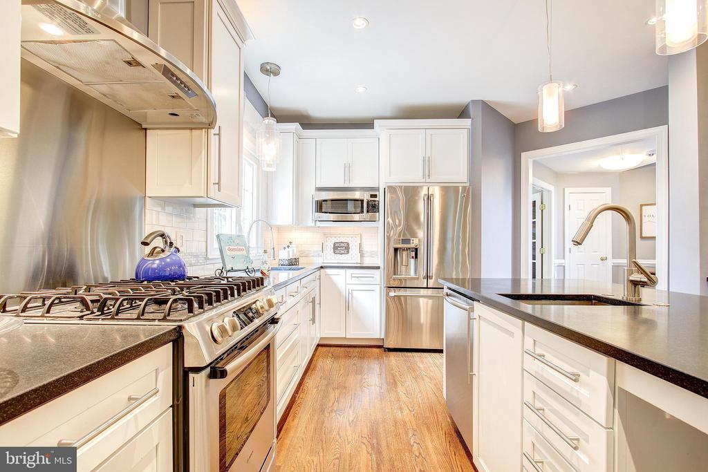 Gas cooking & stainless steel appliances - 47771 BRAWNER PL, POTOMAC FALLS
