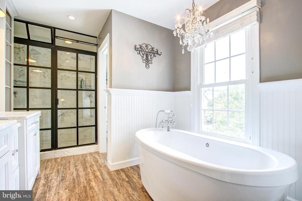 Master bath with separate tub & shower - 47771 BRAWNER PL, POTOMAC FALLS