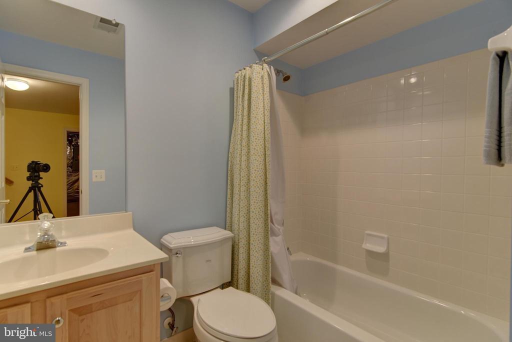 Just like new * lower level full bath - 7428 SPRING SUMMIT RD, SPRINGFIELD