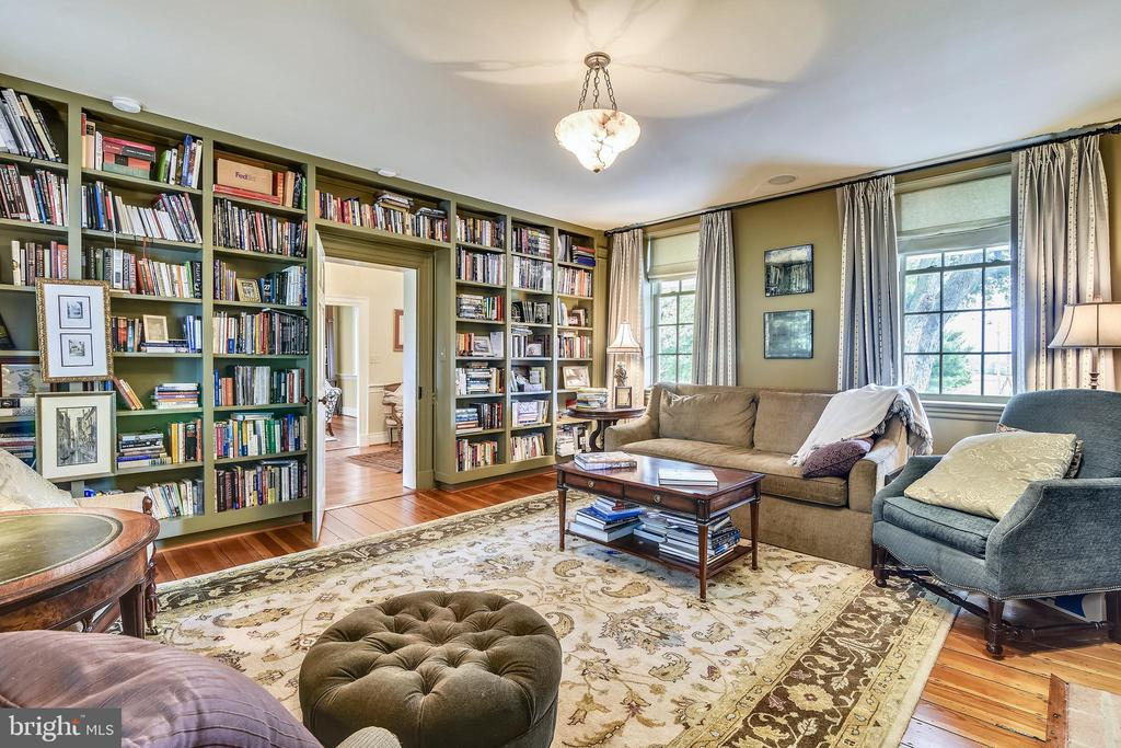 Main level study with built-in bookshelves - 19937 EVERGREEN MILLS RD, LEESBURG