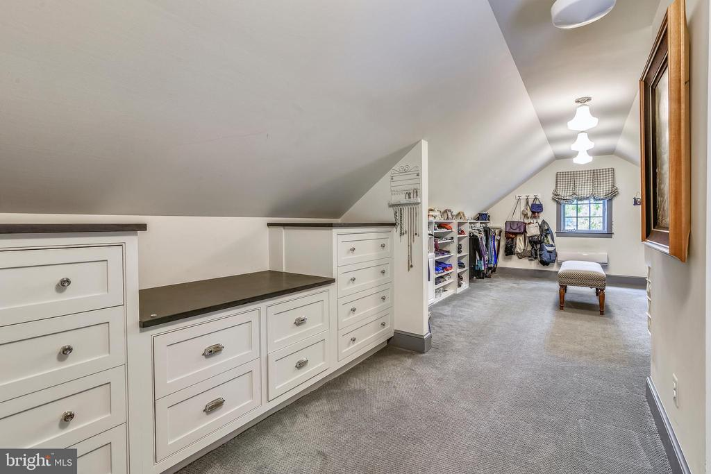 Expansive dressing room/Walk in closet - 19937 EVERGREEN MILLS RD, LEESBURG