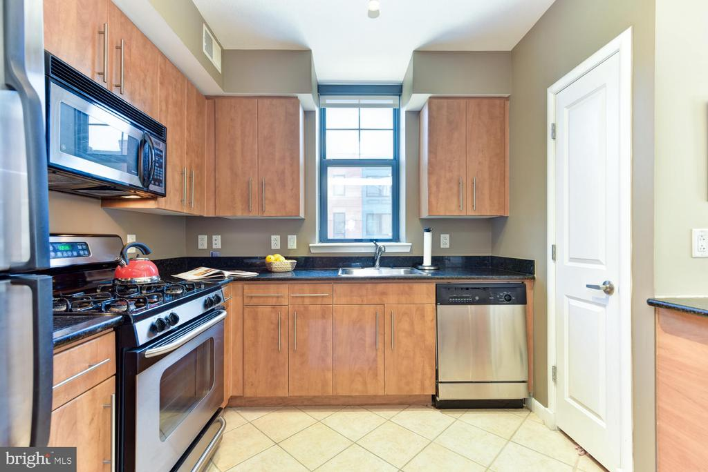 Lots of cabinet space in the modern Kitchen. - 1021 N GARFIELD ST #410, ARLINGTON