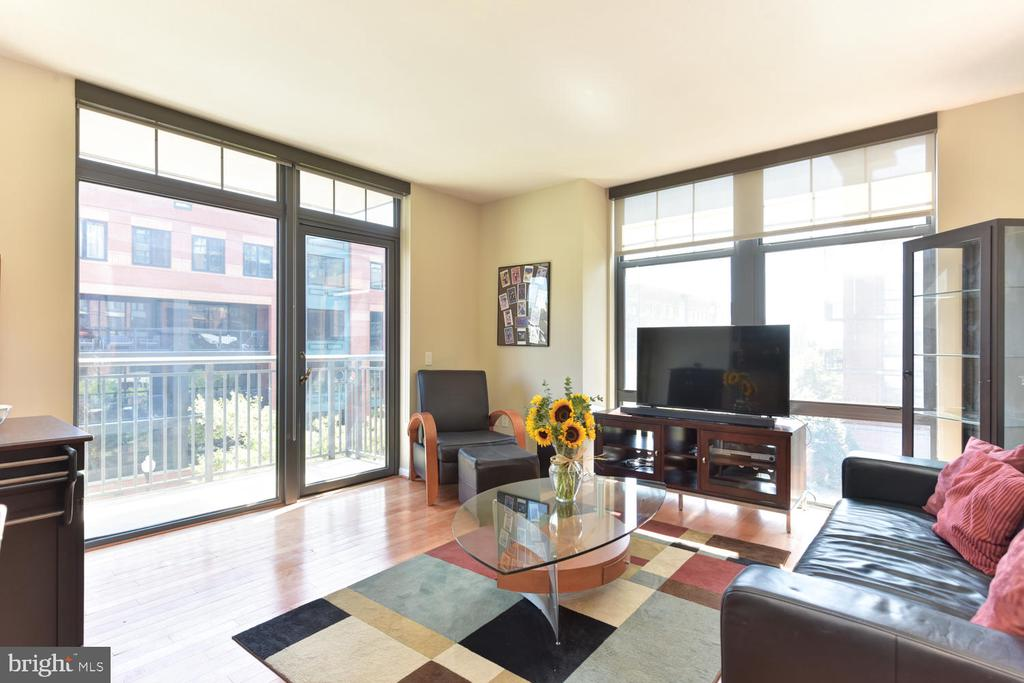 Eastern/Southern exposures provide great light. - 1021 N GARFIELD ST #410, ARLINGTON