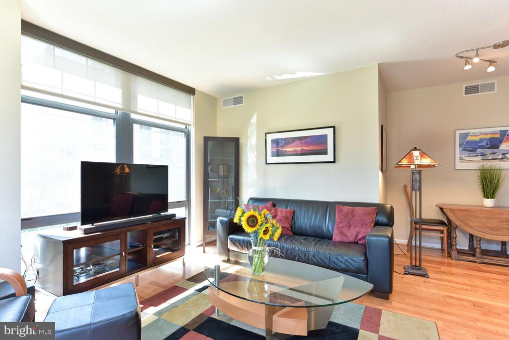 Spacious, sunwashed living area. - 1021 N GARFIELD ST #410, ARLINGTON