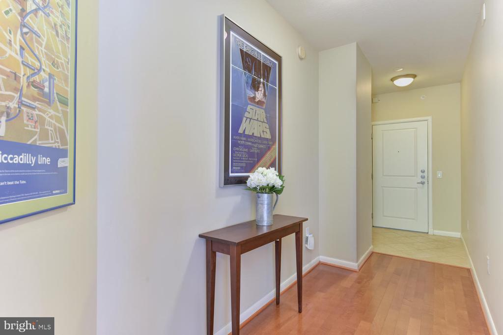 Entry hall looking towards entrance - 1021 N GARFIELD ST #410, ARLINGTON