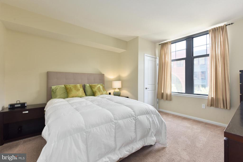 Spacious Master Bedroom w/ ensuite Master Bath. - 1021 N GARFIELD ST #410, ARLINGTON