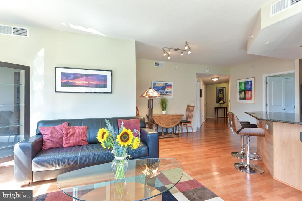 The open floorplan creates a light, airy ambience. - 1021 N GARFIELD ST #410, ARLINGTON