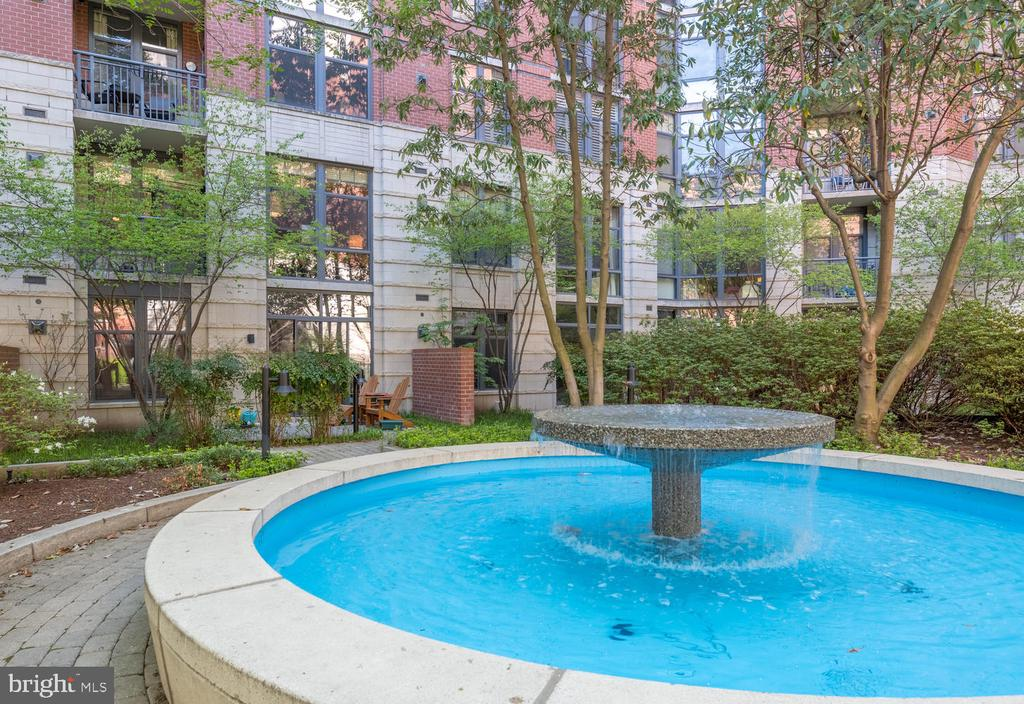 Lovely rear courtyard at Fillmore St entrance - 1021 N GARFIELD ST #410, ARLINGTON
