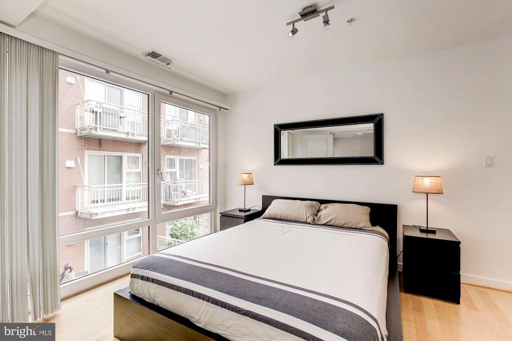 King sized bedroom. - 1466 HARVARD ST NW #2B, WASHINGTON