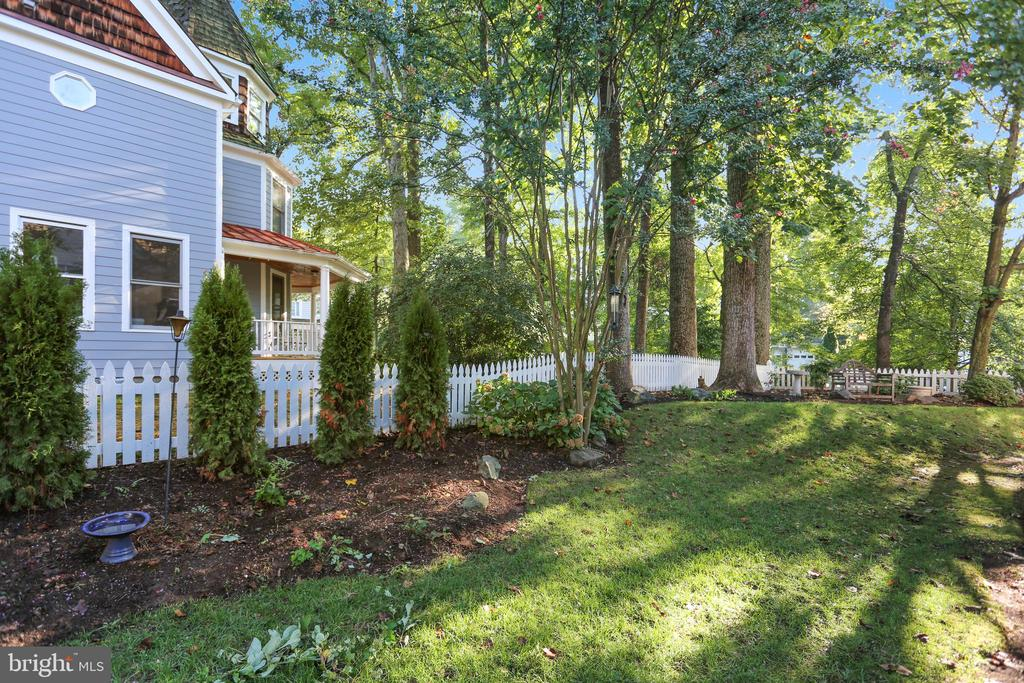 Large back lawn - 121 TREEHAVEN ST, GAITHERSBURG
