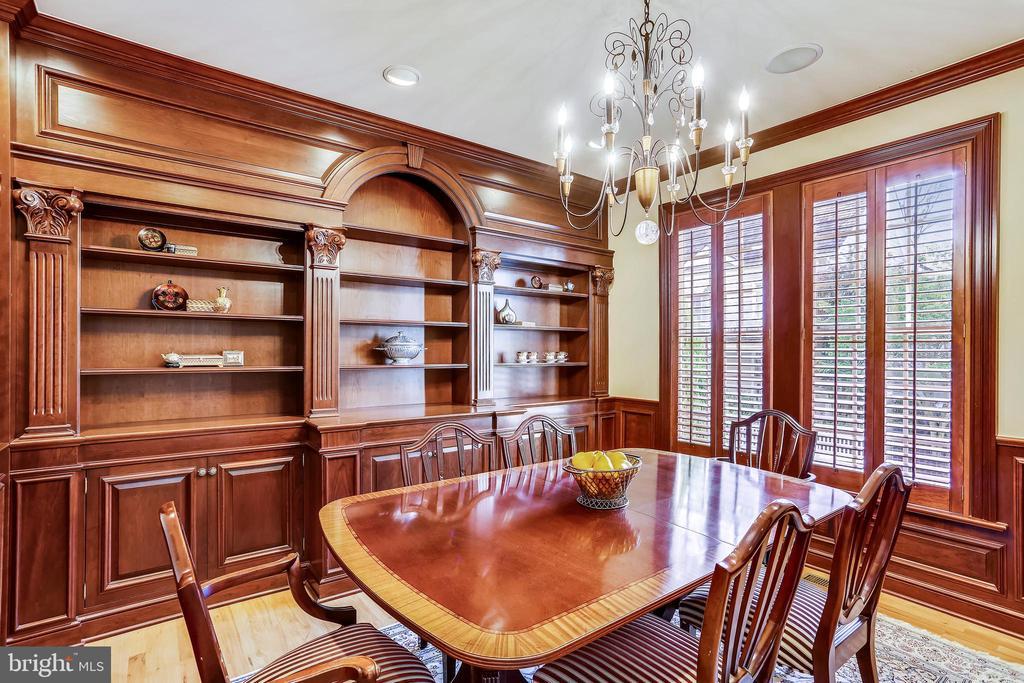 Dining room with custom built-ins - 121 TREEHAVEN ST, GAITHERSBURG