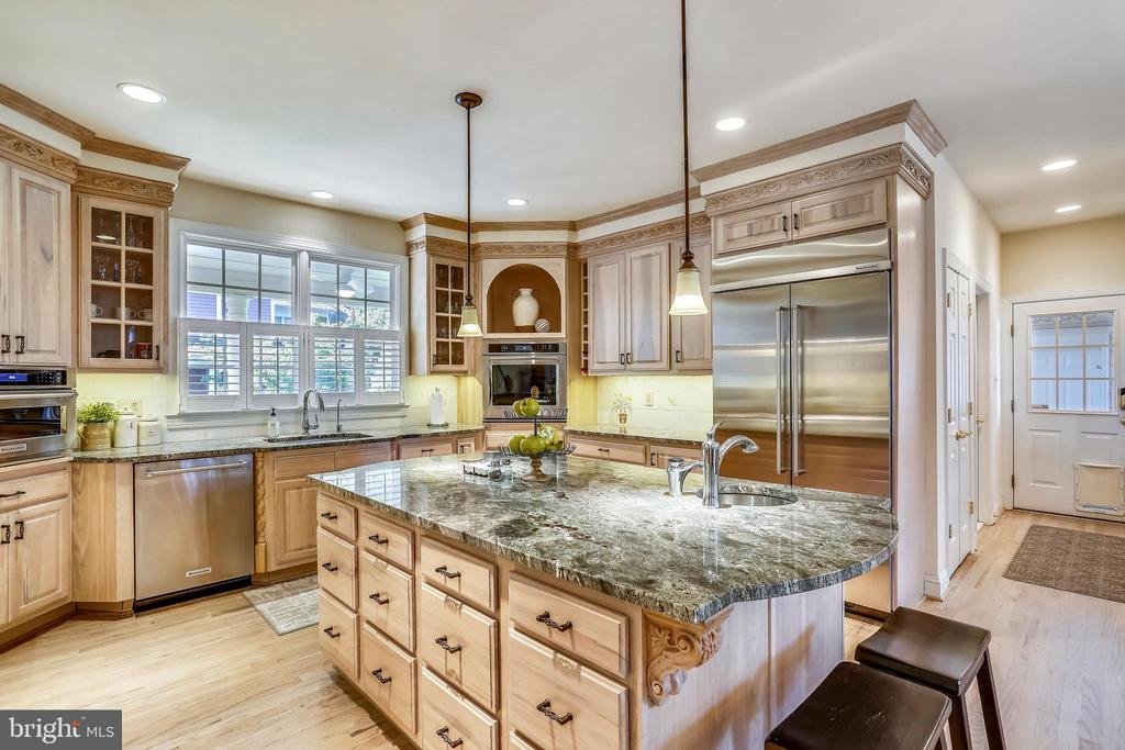 Kitchen w/custom cabinetry and lighting - 121 TREEHAVEN ST, GAITHERSBURG