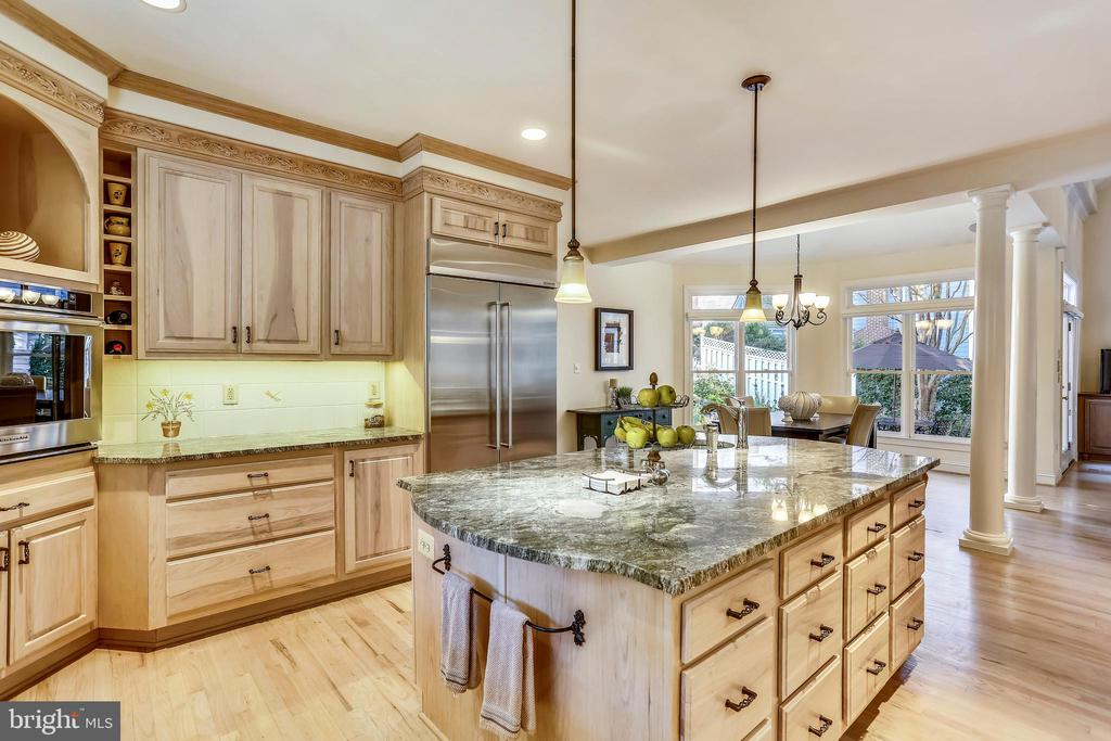 This kitchen is an entertainer's dream - 121 TREEHAVEN ST, GAITHERSBURG