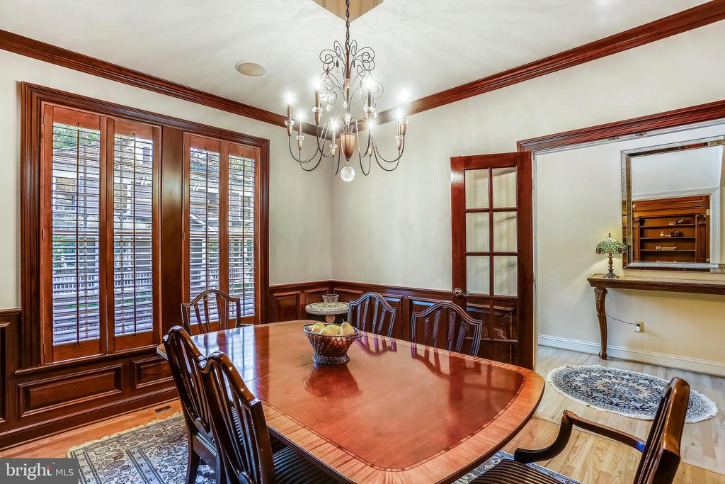 Dining room with wood shutters - 121 TREEHAVEN ST, GAITHERSBURG