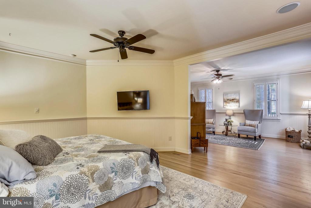 Master bedroom adjoins large sitting room area - 121 TREEHAVEN ST, GAITHERSBURG