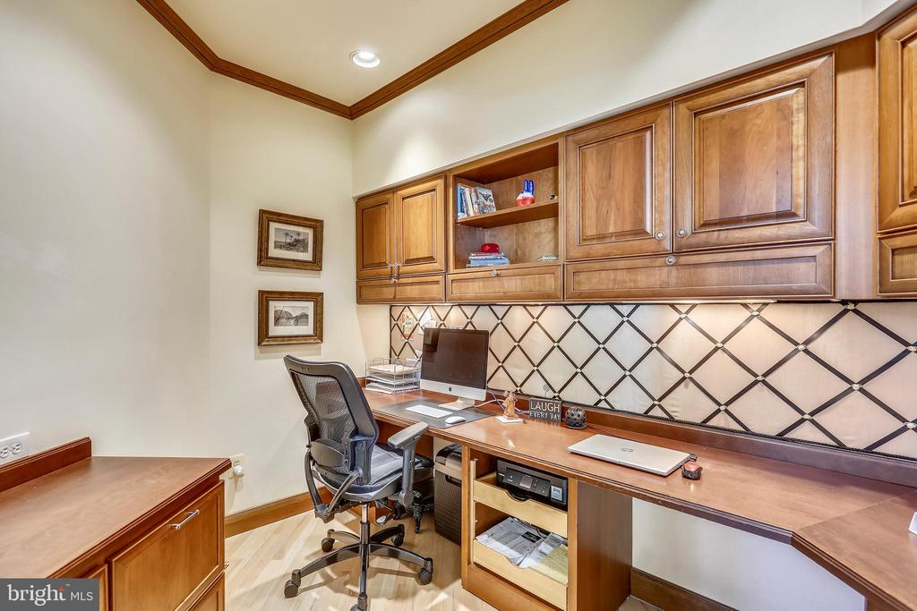 Main level office with built-ins - 121 TREEHAVEN ST, GAITHERSBURG
