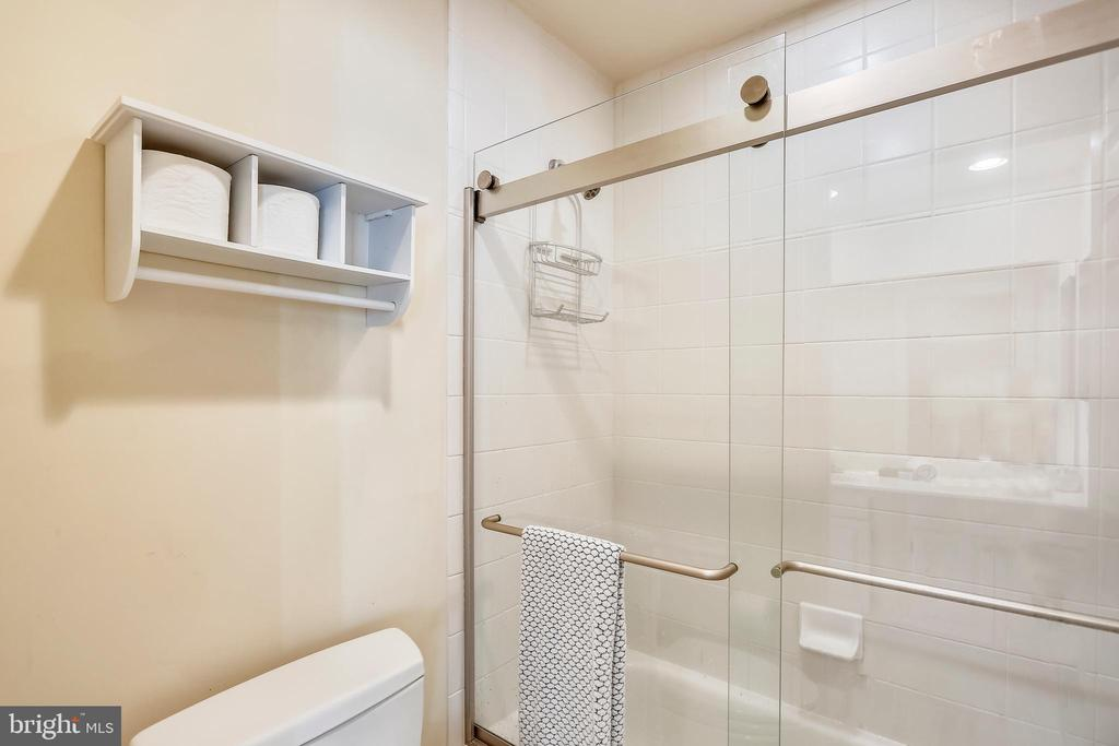 Third full bath with tub/shower - 121 TREEHAVEN ST, GAITHERSBURG