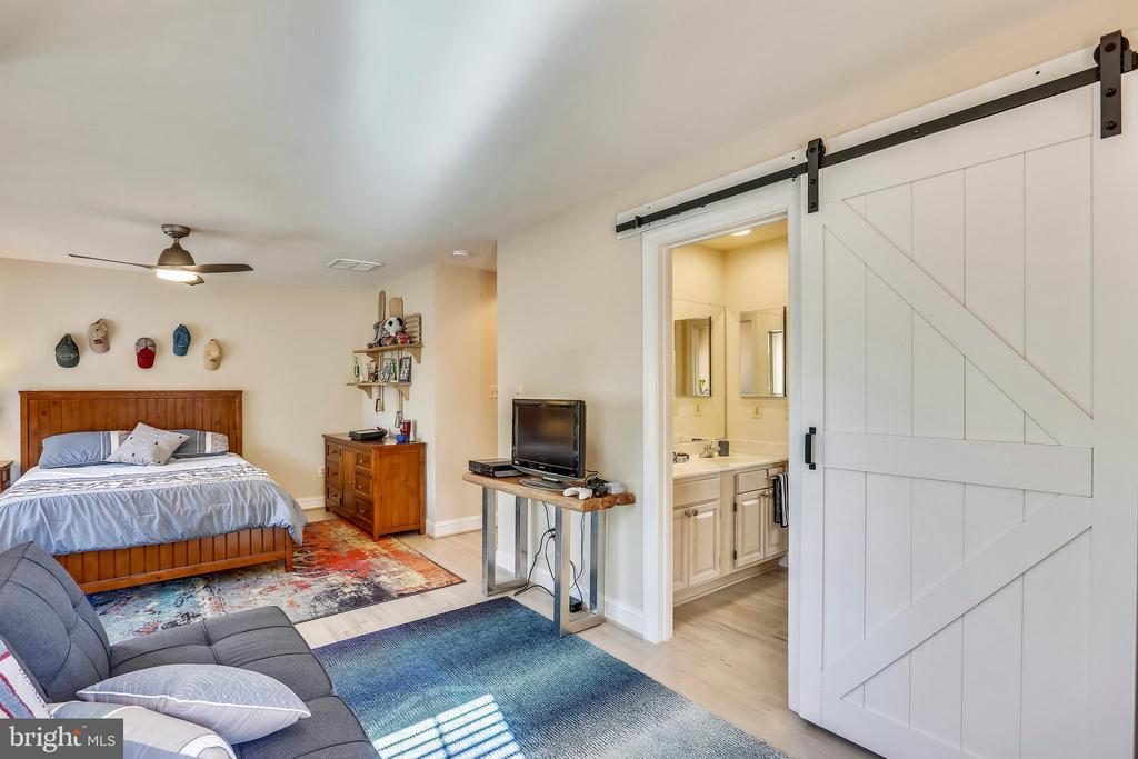 Third bedroom with barn door access to full bath - 121 TREEHAVEN ST, GAITHERSBURG