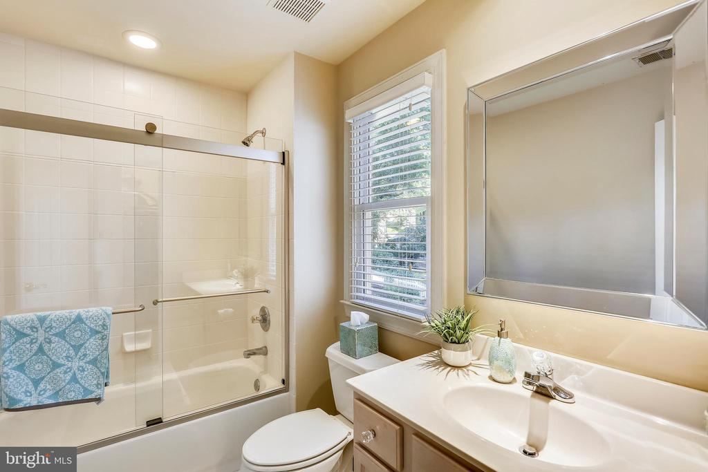 Second full bath with tub/shower - 121 TREEHAVEN ST, GAITHERSBURG