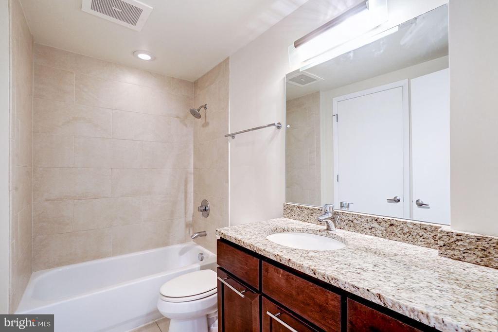 Dual entry bath. - 2201 2ND ST NW #21, WASHINGTON