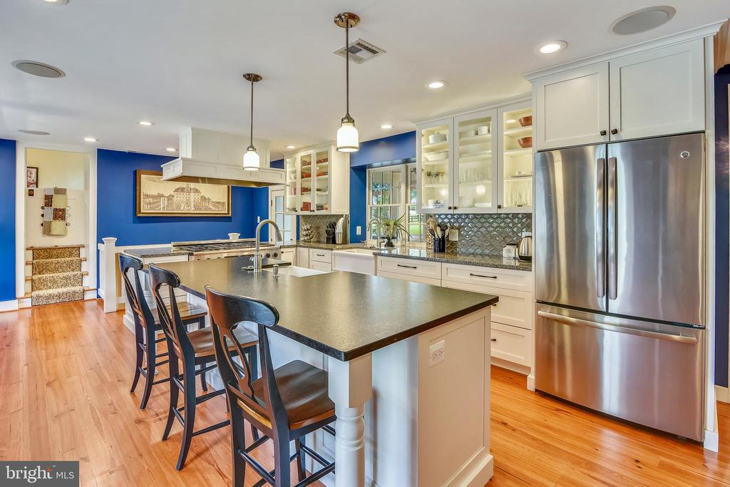 Updated kitchen with large center island - 19937 EVERGREEN MILLS RD, LEESBURG