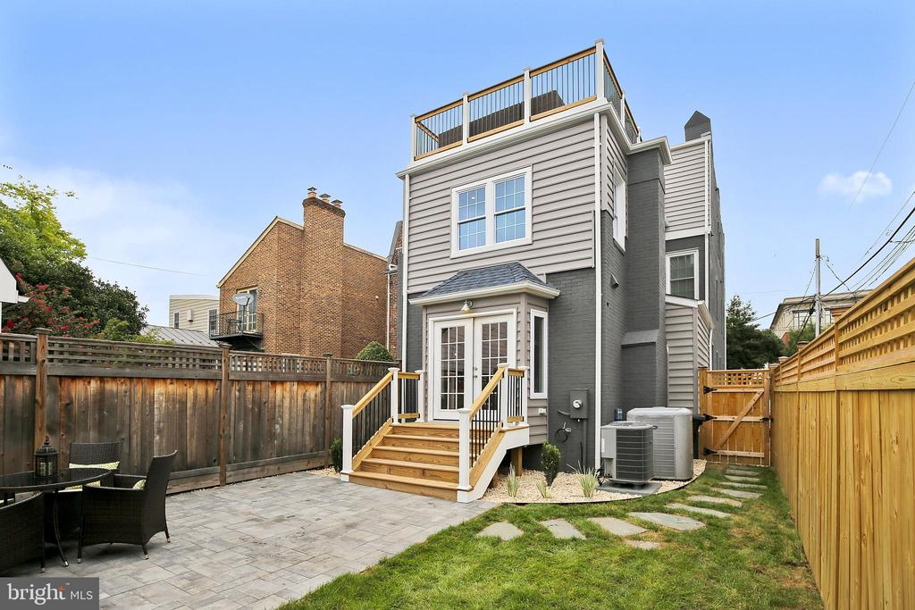 Patio and yard steps from your kitchen. - 108 N PAYNE ST, ALEXANDRIA