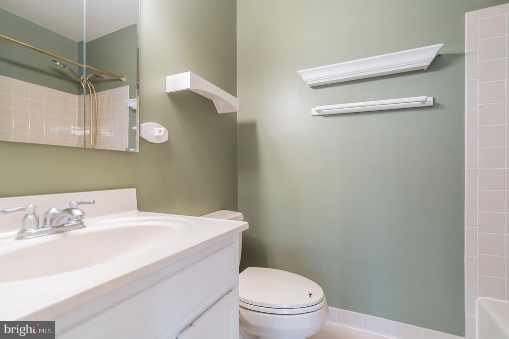 Bath adjoining bedroom 2 - 3276 HISTORY DR, OAKTON
