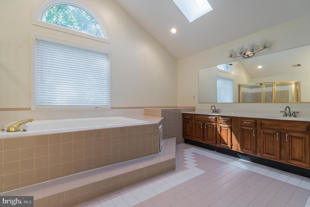 Master bath w/soaking tub, sep shower & dbl sinks - 3276 HISTORY DR, OAKTON