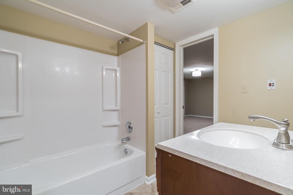 Lower level full bath - 3276 HISTORY DR, OAKTON