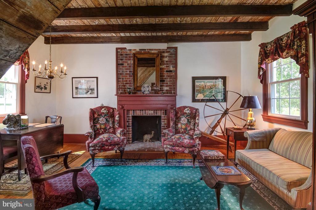 Guest House Living Room w fireplace - 7508 BELMONT RD, SPOTSYLVANIA
