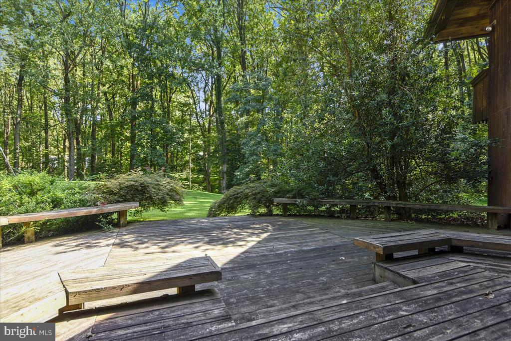 Deck with Built-In Benches - 9711 MEADOWLARK RD, VIENNA